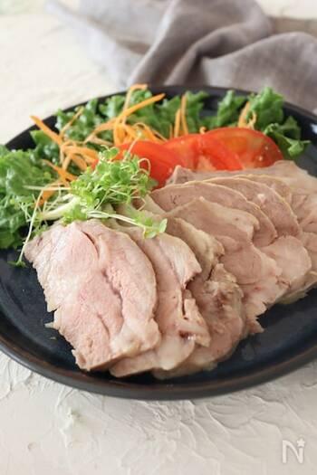 ゆずの爽やかな香りが良いアクセントになった一品です。フリーザーバッグに豚肉を入れて加熱したら、余熱で火を通します。タレを付けずそのままでも美味しい◎野菜との相性もぴったりです。