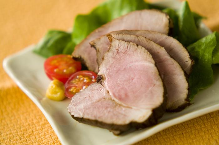 紅茶がふんわり香る茹で豚です。いつもと風味を変えたいという時にもおすすめのレシピ。味付けにお酢を使うため、さっぱりといただけるのも◎そのまま食べるのはもちろん、チャーハンに入れても絶品です。