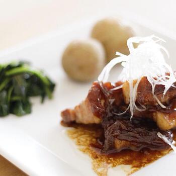 ビールを使うと、豚肉がワンランクアップした味わいに!お箸で簡単に切れるくらい、柔らかな食感を楽しめます。とろっとした甘辛いタレがお肉に絡んで、ご飯がどんどん進みますよ♪