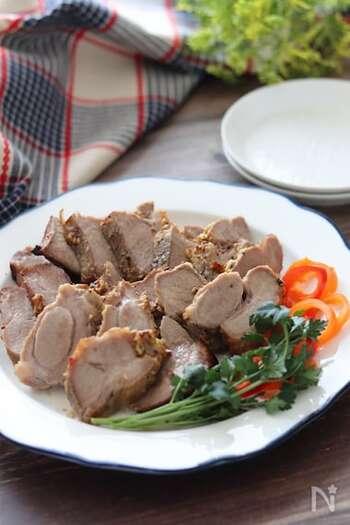 こちらは洋風の焼き豚で、粒マスタードの刺激が大人な味わい。お肉にタレをかけ、オーブンでじっくり焼き上げればOKの簡単レシピですが、見た目も味もお店のように本格的です。