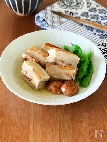 角煮はこってりした味付けが定番ですが、こちらは梅の酸味がきいたさっぱり味。梅干し自体も箸休めとして食べられます。疲れた時に元気をチャージできる一品ですよ。