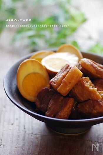 角煮作りは時間も手間もかかる、というイメージをひっくり返すレシピです。豚肉を焼いたら、後は調味料と一緒に炊飯器に入れてスイッチオンするだけ!びっくりするくらい簡単なので、何度も作りたくなりますよ。