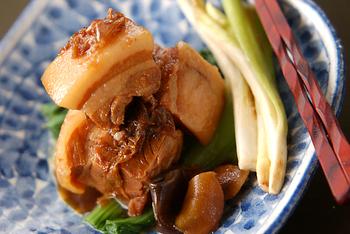 沖縄料理の定番「ラフテー」がお家で作れるのは良いですね♪泡盛と黒砂糖を使うのが沖縄の味。そのまま食べるのはもちろん、沖縄そばのトッピングにもおすすめです。