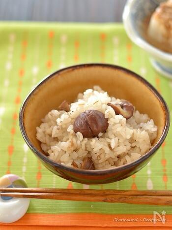 甘栗とシンプルな調味料で炊き込む、甘栗麦ごはん。ごろっと入ったほのかに甘い栗と、プチプチな押し麦の食感が楽しい一品です。冷めても美味しくお弁当にもおすすめ。