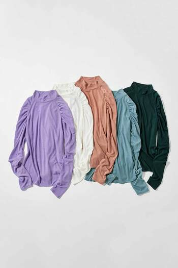 中にキャミソールを合わせて主役アイテムとして着るだけではなく、ニットやスウェットのインナーとしても使えるシアーなトップス。定番カラーもトレンドカラーも、どちらも重宝しそうです。