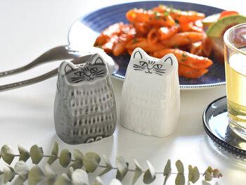 リサ・ラーソンが1965年に発表した「Liten Katt(小さな猫)」を元に、日本の食卓に合うようにリデザインしたソルト&ペッパー入れ。リサ本人が日本の職人さんと話し合いながら、岐阜県の美濃焼で丁寧に作られています。