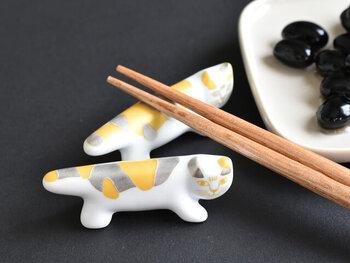 こちらはリサ・ラーソンの定番ともいえるMIKEY(マイキー)と、長崎県の波佐見焼がコラボした箸置き。金や銀があしらわれた箸置きは、おめでたい日や特別な日の食卓にもぴったりですね。