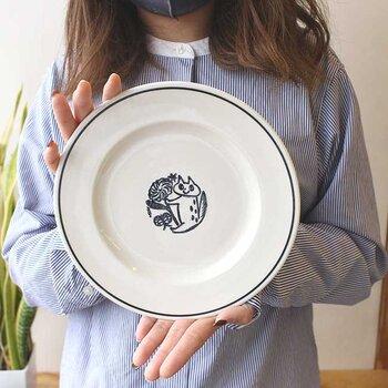陶芸家 鹿児島睦さん×イギリスの磁器メーカーJOHN JULIANによるテーブルウェアシリーズ「NOIR」。お料理をのせるとシンプルなお皿に見えますが、残さず食べると猫さんが現れます。朝ごはんなど、小さ目のワンプレートにぴったりですね。