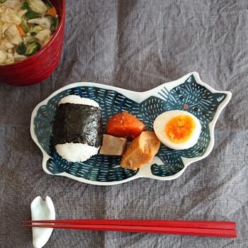 へそ天で転がる猫さんが気になるお皿は、倉敷意匠と型染ユニットkata kataのコラボ。「大皿・青猫」と「豆皿・黒猫」「豆皿・トラ猫」の3タイプがあります。写真の大皿は、ちょっとしたおかずや果物にちょうどいいサイズ。こんなお皿があれば、毎回の食事が楽しみになりそうですよね。