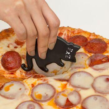 猫さんがボールに戯れながらピザをカットしてくれる、かわいいピザカッター。おうちでピザを切る機会をあえて作りたくなりそうです。