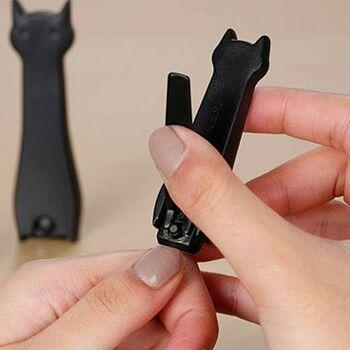黒猫デザイン爪切りは、親猫&子猫の2匹セット。手足で分けて使用できます。猫がちょこんとお座りしているように、立て置きも可能です。洗面所やリビングで、見せる収納をしたくなりそうです。