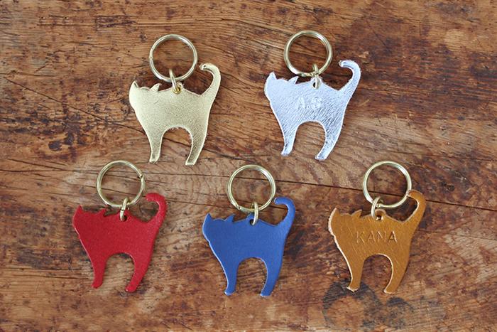 上質な牛革でつくられた小さなキーホルダーは、名前などお好きな文字を刻印できます。プチプラなので、家族や友人とおそろいで購入して、かばんや鍵に着けるのも楽しそう。