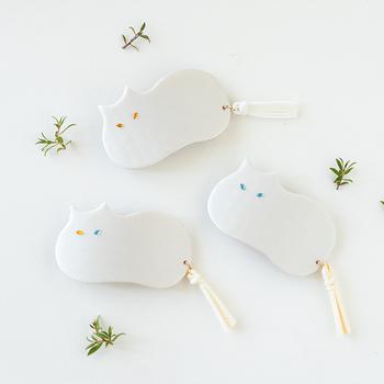 タッセルのしっぽがポイントの白猫さんバレッタは、ポリマークレイで作られています。お餅のようなまぁるいシルエットに、すました目元が特徴。普段のファッションに取り入れても浮かない、洗練されたデザインが◎です。