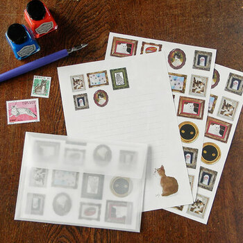 「猫の美術館」という、商品名からして気になるレターセット。こんな便箋でお手紙が届いたら、レターボックスが華やぎますね。透け感のある封筒にぴったりの、宛名用シールもセットになっています。
