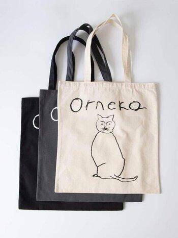 シンプルなファッションでも照れずに持てる、キュートすぎない猫さん柄バッグ。イラストレーターの塩川いづみさんがイラストを手掛けた、オルネコ部のオリジナルアイテムです。丁度良い厚みの生地も◎です。