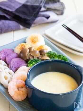 白だしを加えて作る、和風テイストのフォンデュ。エビやキノコ類など、さまざまな食材と合わせて楽しみたい。