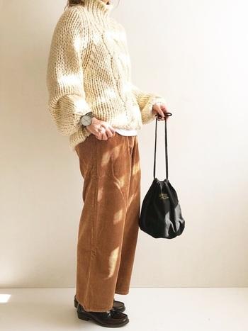 ざっくりとしたセーターとコーデュロイパンツのボリュームに負けない、マニッシュなローファーが良く似合います。全体にボリューミーな雰囲気が秋冬らしくて素敵です。