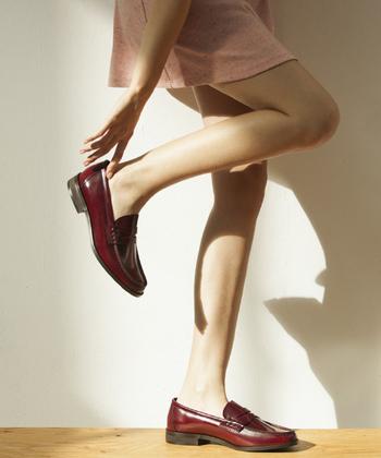 形は至ってシンプルだから、カジュアルな着こなしにも、女性らしい着こなしにも幅広く合わせられます。ベーシックなブラックやブラウンの他に、ホワイトやレッド、ブルーなどカラーバリエーションも豊富で、どの色も落ち着いていて合わせやすい色調です。