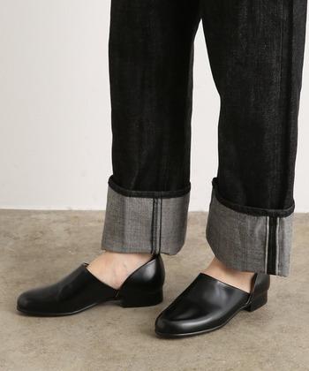 装飾のないシンプルな作りで、一年を通して履きやすいスポックシューズです。カジュアルやシンプルなコーディネートと合わせやすく、履き心地も良いのが魅力。サイドのスリットのお陰で、脱ぎ履きしやすく、歩きやすく出来ています。