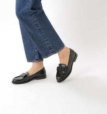 足の甲に付けられたレザーのリボンが、さり気なくかわいらしいアクセントになっているローファーです。フラットでスッキリとしたサイドからのシルエットに美しさを感じます。