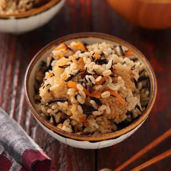 にんじんやひじき、油揚げに、調味料はめんつゆと塩のみのシンプルな炊き込みご飯。もち麦を炊き込みご飯に入れれば、さらに大麦を身近に食べやすくなります。美味しくて身体に良い、家族みんなで栄養を摂れる一杯。