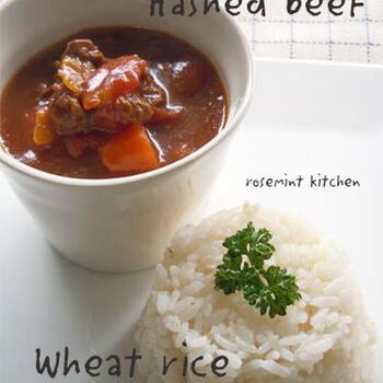 圧力鍋で煮込んで具材柔らかなハッシュドビーフと麦ご飯。トマト缶に赤ワインで人参や玉ねぎ、ズッキーニなどの野菜を煮込み、旨みが麦ご飯にも染み込んでよく合います。