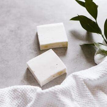 身体を洗うときに使う石鹸やボディーソープの成分にも注目してみましょう。皮膚には、ある程度の油分が必要です。汚れをサッパリ落としたいあまりに強い洗浄力のものを使うと乾燥しやすくなります。  潤い成分配合のものや、肌と同じ弱酸性のもの、洗いあがりの肌が突っぱりにくいものがおすすめです。