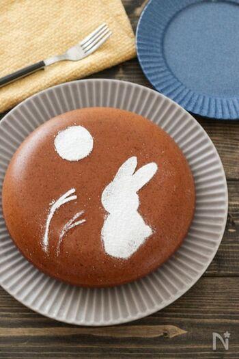 まんまるに作るのが難しいパンケーキですが、材料を混ぜ合わせたら、炊飯器で炊くだけで簡単に作れます。そしてデコレーションはクッキングシートに好きな絵を描いたらはさみで切り抜いて、ケーキにかぶせ、上から粉砂糖をかけるだけでOK!子どもと一緒に楽しくデコレーションも素敵な思い出になりそう。