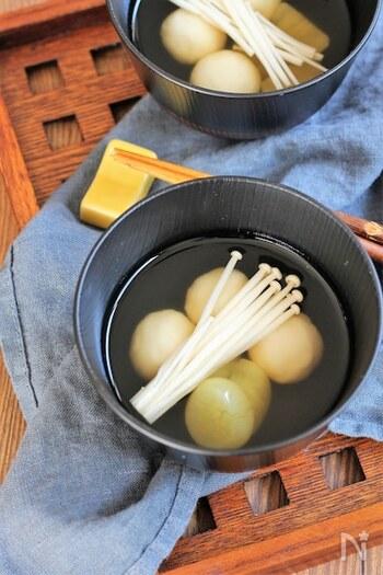おかずや副菜以外で汁物でも月見気分を演出できます。お月見用に作った白玉粉のお団子と、お月様に見立てたさつまいも、さらにススキに見立てたえのきを入れれば、たった一品で食卓に秋の風情が漂います。