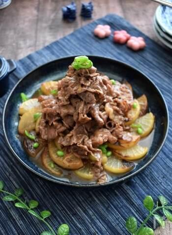焼き色を付けた香ばしい大根が食欲そそる、焼き大根と牛肉の煮もの。薄く味付けたつゆがたっぷり染み込み、麦ご飯にも染み込んでさらに美味しくなります。