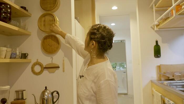 カビやすいせいろは、壁掛けの見せる収納にすることで、通気性のよさも兼ねているのだそう。軽いキッチンツールなら画びょう1つで手軽にできるので、積極的に取り入れたいアイデアですね。