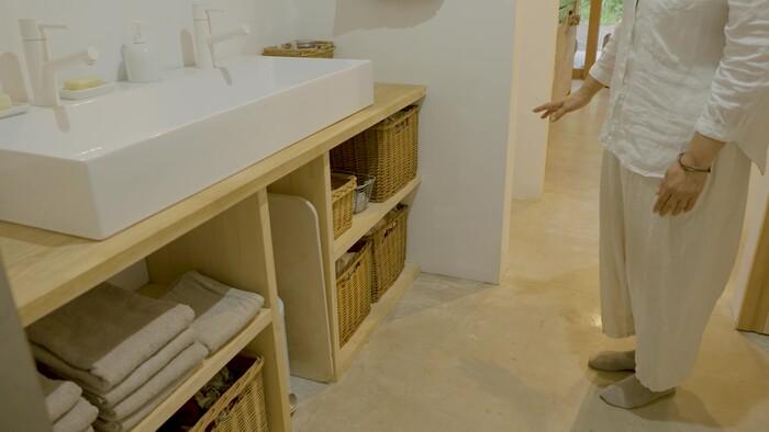 洗面所にも、隠す収納と見せる収納がありました。タオルはブランドと色を揃えて、お風呂場からすぐ手の届く位置に収納。