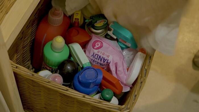 洗面台の下はかごを使って収納していました。かごの中には、色味のある洗剤や掃除道具などを収納。上から見えないように布をかぶせる工夫も素敵です。