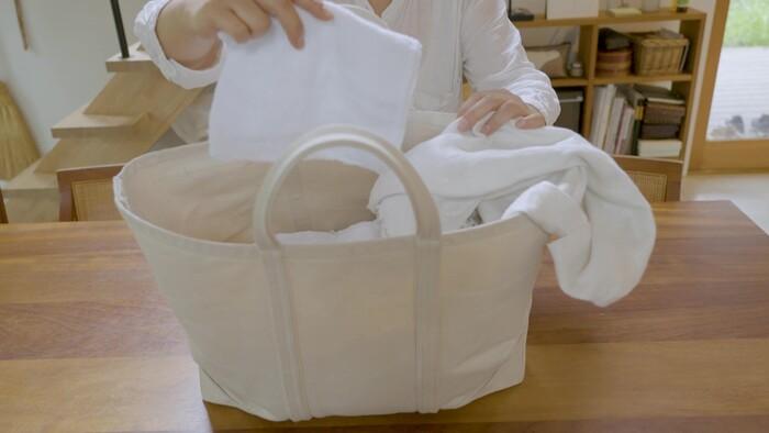 奥に置かれたトートバッグには、使い古した布で作ったぞうきんを収納。いつでもささっとお掃除ができます。