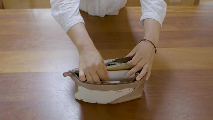 ポーチには、マスク、名刺入れ、スケジュール帳などよく使うものをまとめて収納。