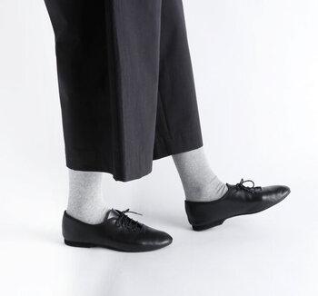 ライトグレーのタイツは足元が軽快で優し気な印象になります。ダークなコーデでも足元が明るいグレーだと、抜け感が出ますね。