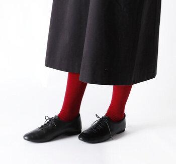 レッドのタイツを履くとコーデのアクセントになり、それだけで全身のおしゃれ感がグッとアップします。ボトムスと靴は同じ色でまとめるのがポイントです。