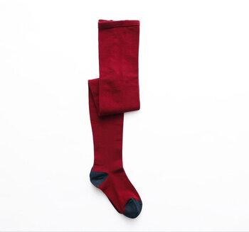 コーデの差し色として使うならレッドのタイツがおすすめ。明るいレッドではなく、ダークで若干くすんだ赤なら大人女性にも馴染みますよ。