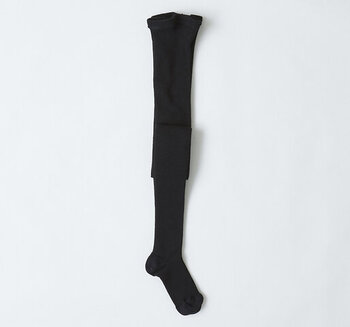 もっとも無難でポピュラーなのがブラック。足元が引き締まって細く見せてくれる効果があります。