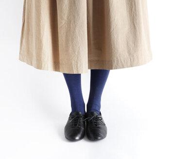 ブラックのタイツより足元が軽快な印象に。明るめのネイビータイツなら足元がグッと垢抜けます。
