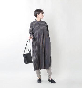 縦長のストライプワンピースは、一枚着るだけでスタイルが良く見えます。秋冬はレギンスやカラータイツを合わせて、あたたく。足元のローファーやバッグで艶感やキチンと感を少し足せば、グッとオシャレに♪