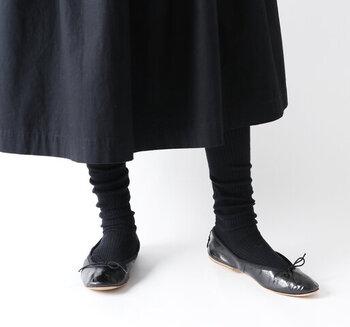 ブラックのリブタイツはカジュアルな印象。リブ効果で陰影を作り出し、足元を印象的に演出してくれます。あえてたるませて履くのがおしゃれのポイント。