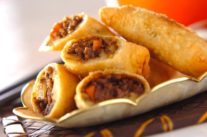 インド料理のサモサは、クミンを加えることでぐっと本格的な味になります。自家製の生地は、しっかりしていて揚げると美味しさも格別です。  #おつまみ #お弁当おかず