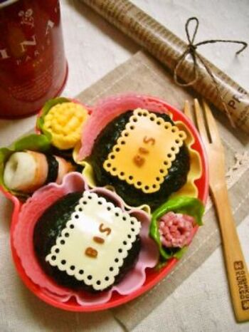 """ギザギザはさみやストローでビスケット風のチーズアート。""""BIS""""の文字はABCパスタを揚げたもの。シンプルなのにかわいいですね!  チーズは竹串などで絵を描くようにくり抜くこともできるので海苔よりも細工がしやすいですよ。"""