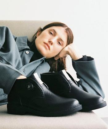 硬めの素材や細身のデザインが多いチャッカブーツは、いつも履いているスニーカーのサイズで選んでしまうと足に合わないことも。爪先に1cmほど余裕があるサイズが履きやすいといわれています。1サイズかハーフサイズ大きめのものを選んでみてください。