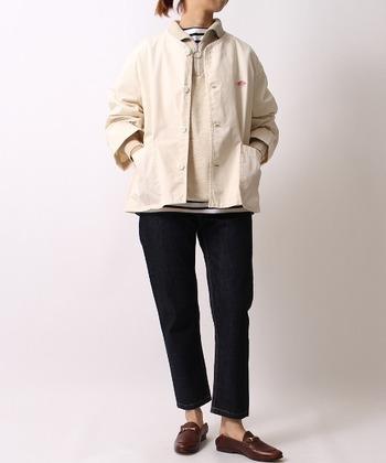 秋が深まってくると、いよいよ洋服選びも冬服へと移行する季節。とはいえ、厚手のコートを羽織るのはまだちょっと早いですよね。そんな時期におすすめなのが、ノーカラーのアウターです。襟付きのシャツ・タートルネック・パーカーなども気軽に重ね着できますよ。
