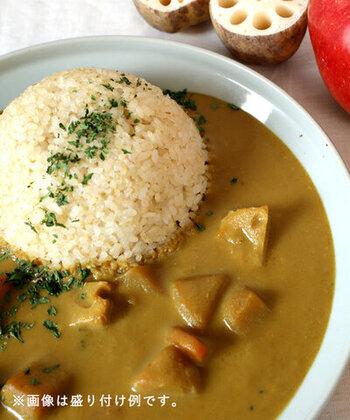 甘口の野菜カレーは子供でも食べやすいマイルドな味わいです。スパイスにりんごの甘みやコーヒーのコクを加えて、深みのある味わいです。