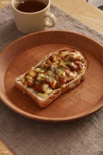 レトルトカレーをパンの上に乗せて、チーズを掛けてトーストしたレシピです。刻んだゆで卵を加えてボリュームアップしているので、食べ応えがあります。簡単なランチや朝食におすすめです。