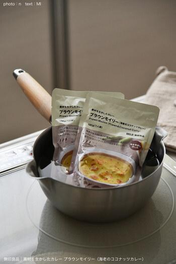 熱湯したお湯に、封を切らずに袋ごと入れて温める方法です。温まったらご飯の上に直接掛けられるので、洗い物も少なく済みます。