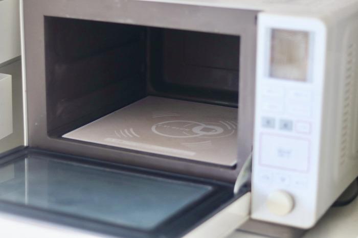 レンジで温める際は、耐熱容器に移し替えて温めます。アルミタイプのレトルトパウチは、電子レンジでそのまま温められないので注意しましょう。